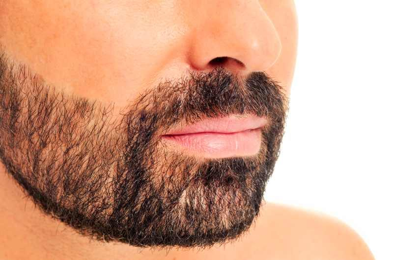 Włosy rosnące w różnym kierunku na brodzie