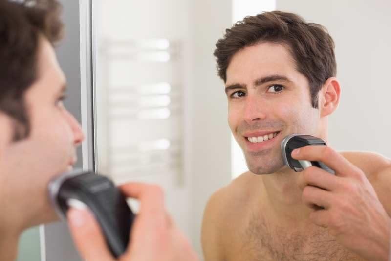 Golenie golarką rotacyjną prze lustrem