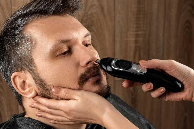 przycinanie wlosów w nosie
